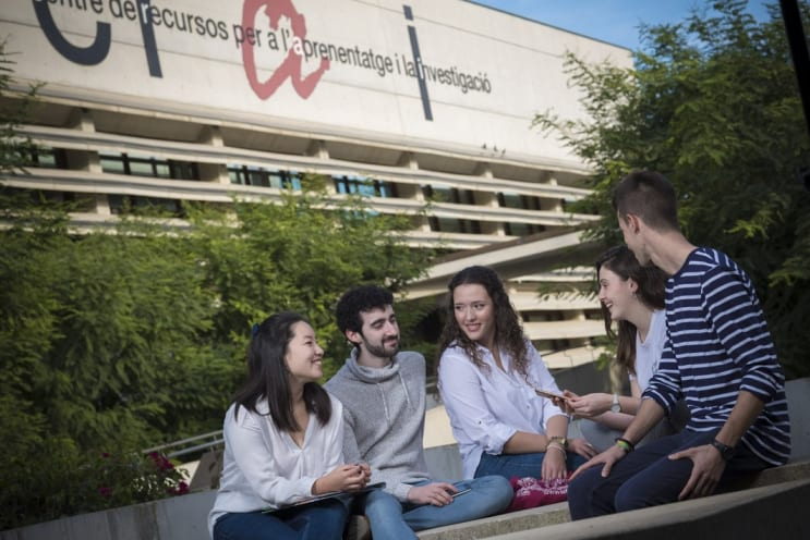 Estudiantes URV en el CAmpus Sescelades (Tarragona, España)
