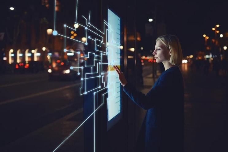 Mujer joven que toca la pantalla sensible mientras que selecciona la opción superficial. Mujer de pie en la pantalla grande con dispositivo innovador avanzado con elementos de diseño de infografía. Personalidades con tecnología futurista.