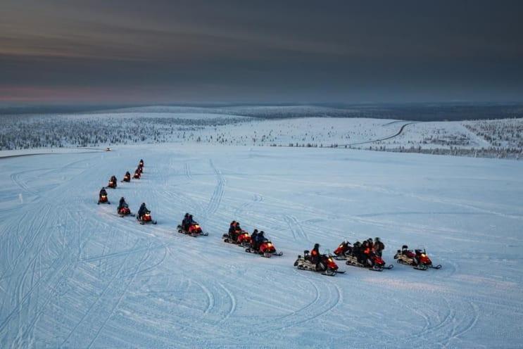 Schneemobile in Bewegung. Lappland, Finnland.